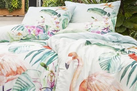 Lenjeria de pat FLAMINGO este fabricată 100% din bumbac mako saten. Modelul tropical imprimat digital cu flamingo.